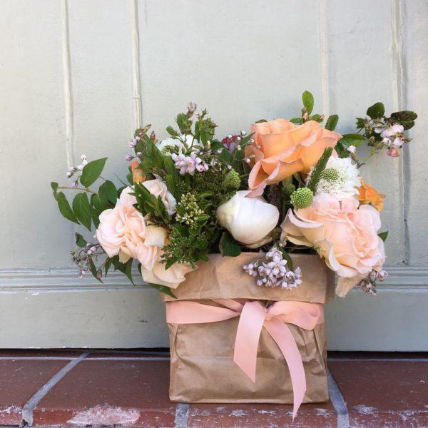 fleurs dans un sac en papier