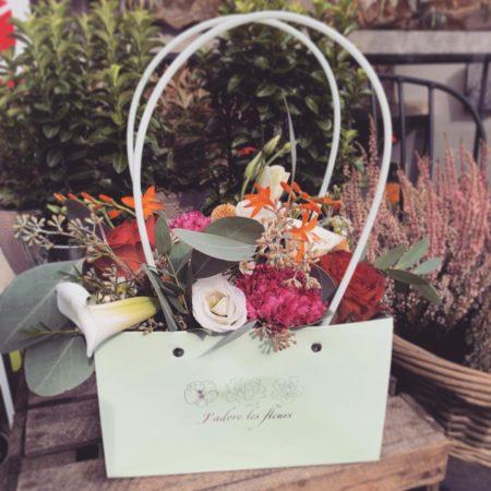 votre artisan fleuriste vous propose le bouquet : Sac à main fleuri