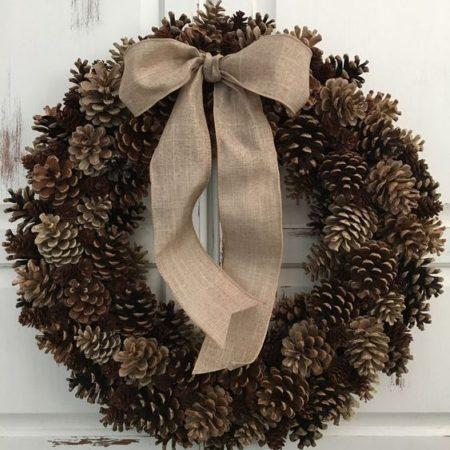 votre artisan fleuriste vous propose le bouquet : Couronne De Pommes De Pin