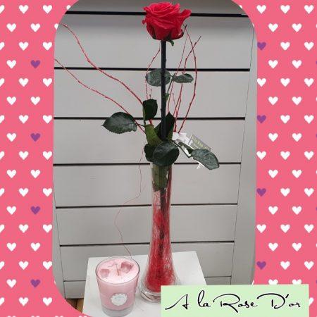 votre artisan fleuriste vous propose le bouquet : Rose éternelle vase et bougie