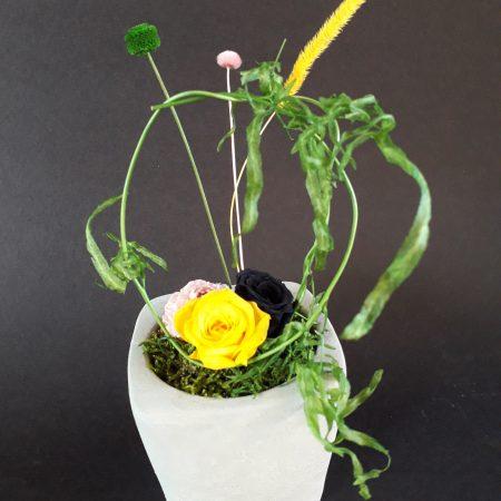 votre artisan fleuriste vous propose le bouquet : composition florale / vase en beton gris / a poser