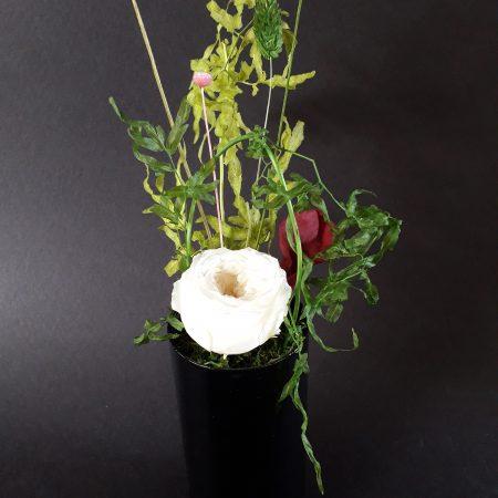 votre artisan fleuriste vous propose le bouquet : composition florale / vase en verre / a poser
