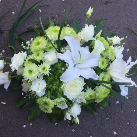 votre artisan fleuriste vous propose le bouquet : Deuil en fleurs Mini raquette blanches et vertes