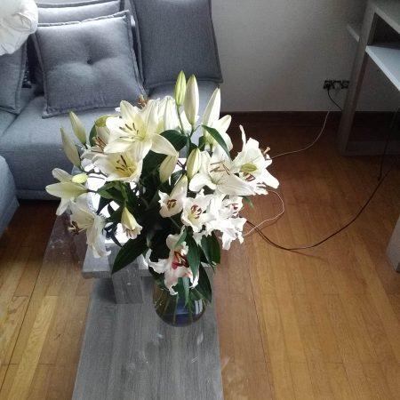 votre artisan fleuriste vous propose le bouquet : Bouquet de lys blancs