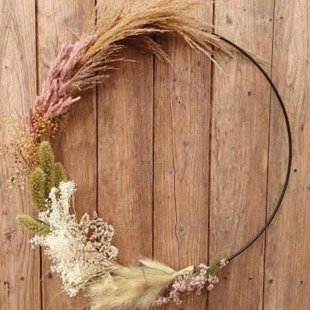votre artisan fleuriste vous propose le bouquet : Couronne Fleurs séchées 50cm demie lune