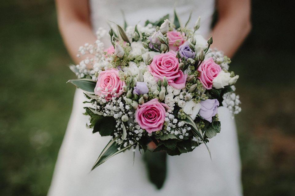 Bouquet De Mariée De Roses Et Freesia