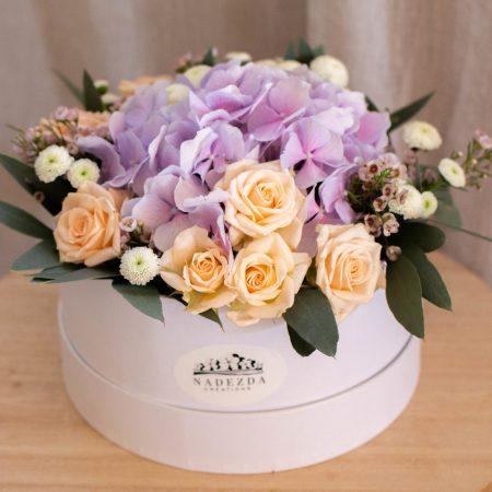 votre artisan fleuriste vous propose le bouquet : Jardin fleuri - Flower box couleurs bleue ou mauve ou parme