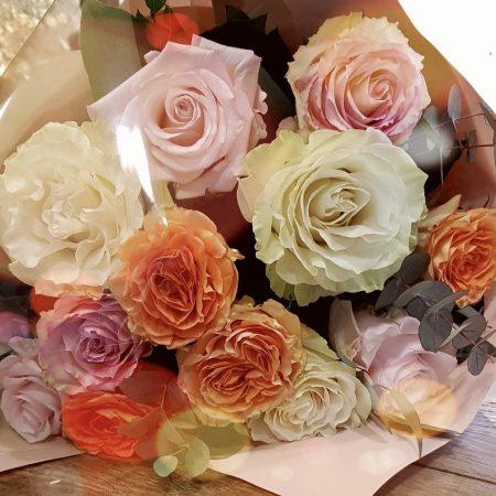 votre artisan fleuriste vous propose le bouquet : Bouquet De Roses Multicolore