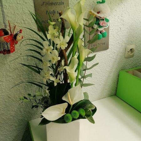 votre artisan fleuriste vous propose le bouquet : Composition En Hauteur Blanc/Vert