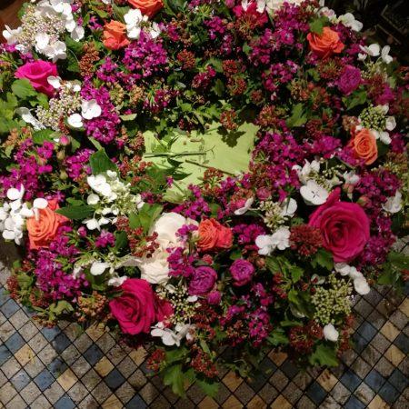 votre artisan fleuriste vous propose le bouquet : Couronne Deuil Rouge