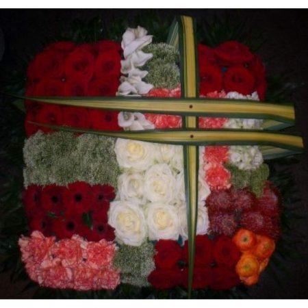 votre artisan fleuriste vous propose le bouquet : Coussin deuil graphique
