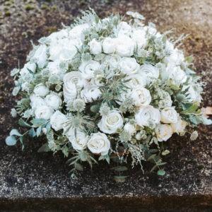 votre artisan fleuriste vous propose le bouquet : Coussin rond (pièce de deuil)