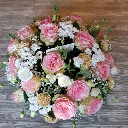 """votre artisan fleuriste vous propose le bouquet : Coussin rond """"tendresse"""""""