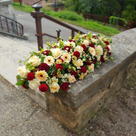 """votre artisan fleuriste vous propose le bouquet : Dessus de cercueil """"délicatesse"""""""