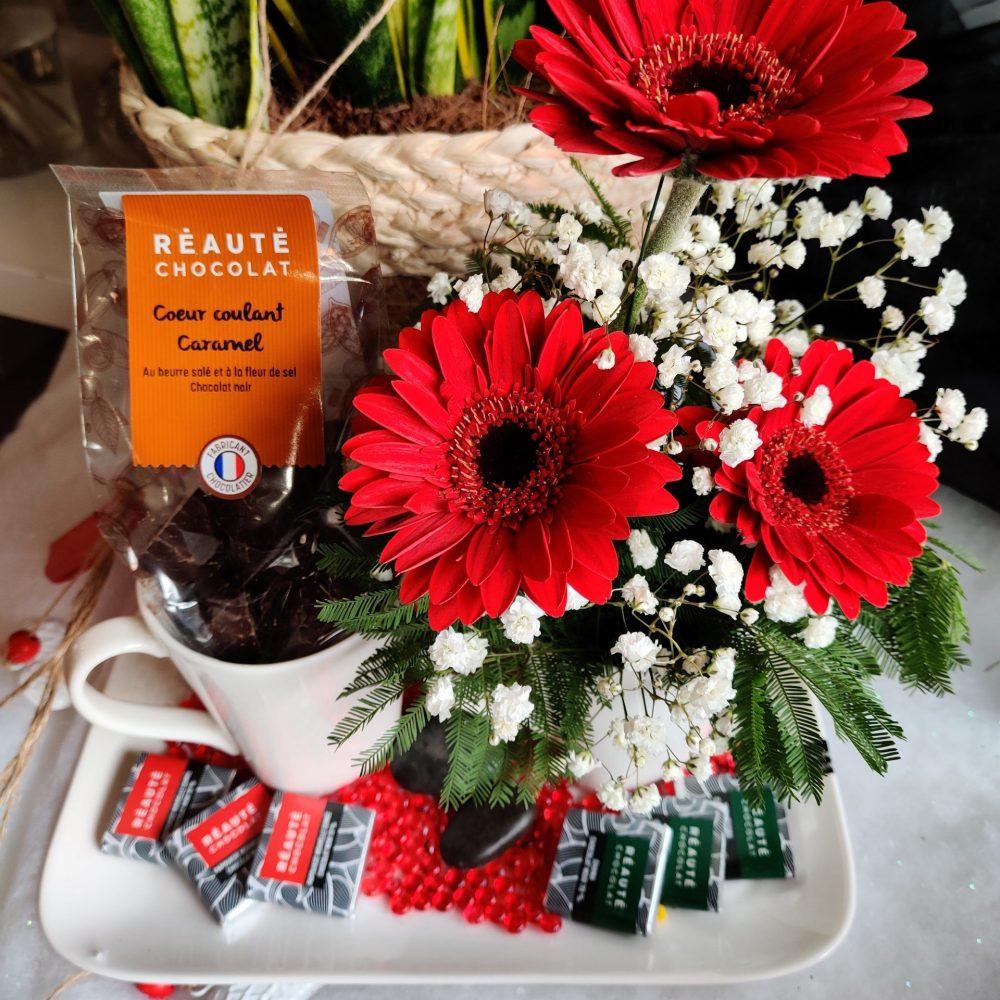 Composition Florale dans tasse avec Chocolats