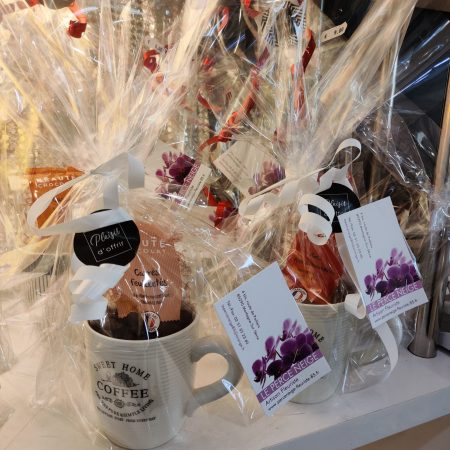 votre artisan fleuriste vous propose le bouquet : Mug + Sachet De Chocolat