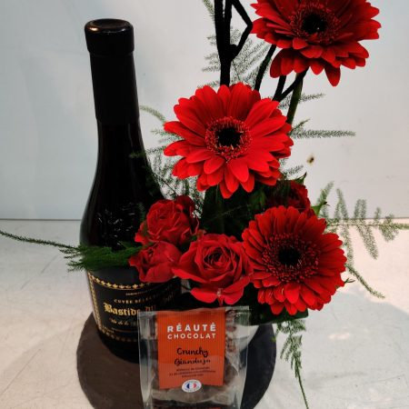 votre artisan fleuriste vous propose le bouquet : Composition Florale Bouteille Et Chocolats