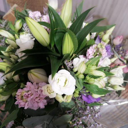 votre artisan fleuriste vous propose le bouquet : Bouquet Mauve Et Blanc