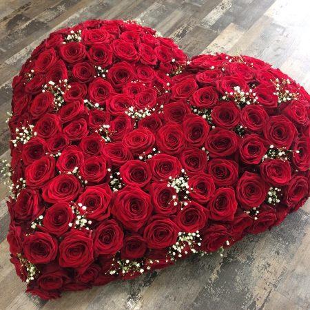 votre artisan fleuriste vous propose le bouquet : Coeur De Deuil (Composé De Roses)