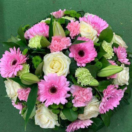 votre artisan fleuriste vous propose le bouquet : Coussin Rond Deuil Rose Et Blanc