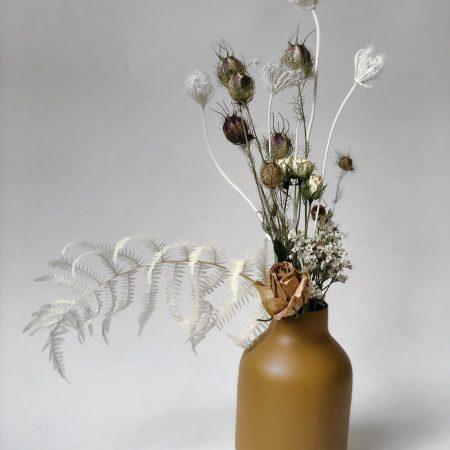 votre artisan fleuriste vous propose le bouquet : Mini Bouquet De Fleurs Séchées Avec Un Vase