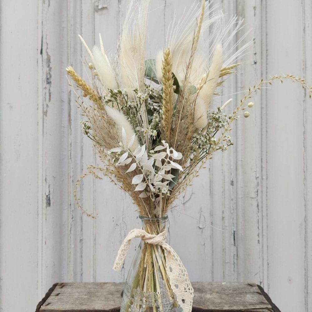 Vase et fleurs séchées.