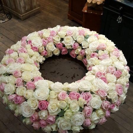 votre artisan fleuriste vous propose le bouquet : Couronne de fleurs