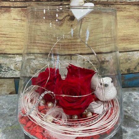 votre artisan fleuriste vous propose le bouquet : 3Roses rouges stabilisées en verrerie