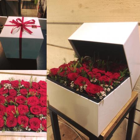votre artisan fleuriste vous propose le bouquet : box de Roses fraîches