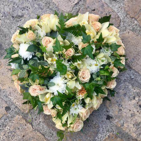 votre artisan fleuriste vous propose le bouquet : Coeur - Obsèques