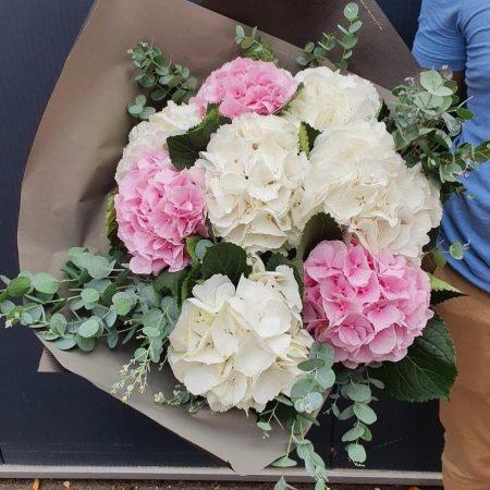 votre artisan fleuriste vous propose le bouquet : Bouquet d'Hortensias ou de Pivoines ou de Tulipes