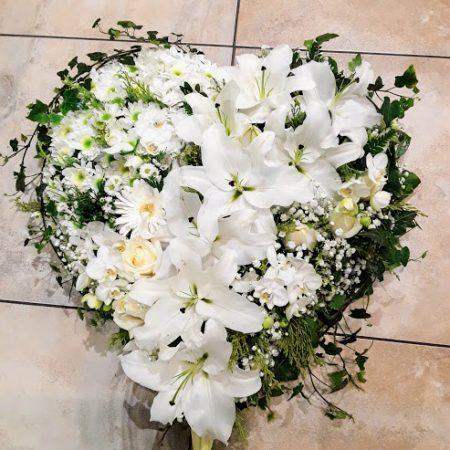 votre artisan fleuriste vous propose le bouquet : Coeur deuil tout en blanc
