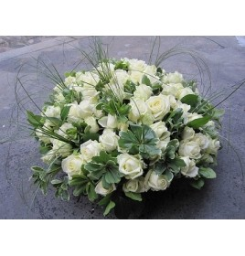 votre artisan fleuriste vous propose le bouquet : coussin rond enterrement blanche