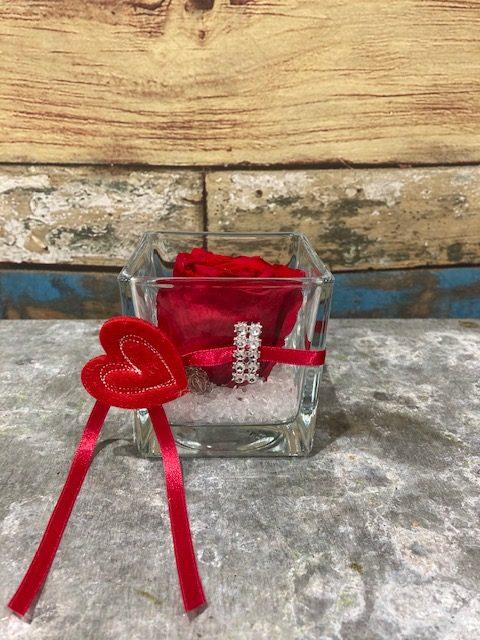 rose stabilisée de couleur rouge en verrerie carrée