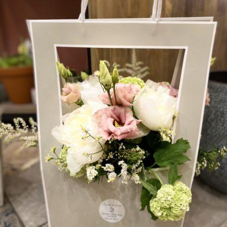 votre artisan fleuriste vous propose le bouquet : Flower bag Alexia